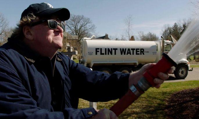 Die einzige lustige Szene: Michael Moore wässert den Rasen des Gouverneurs von Michigan mit verunreinigtem Wasser aus Flint.