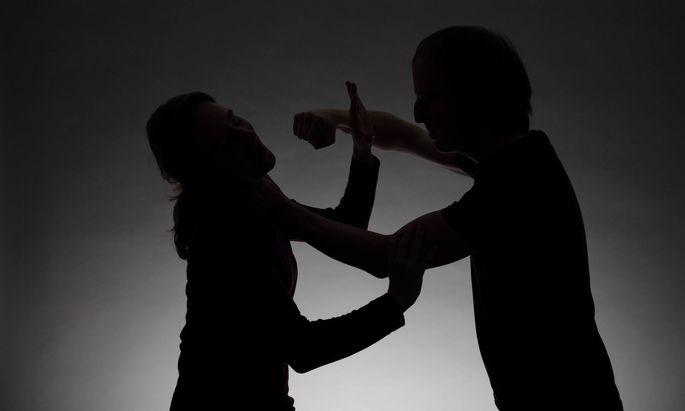 Der Aggressionspegel ist höher, Gewalt, Konflikte und Trennungen steigen an.
