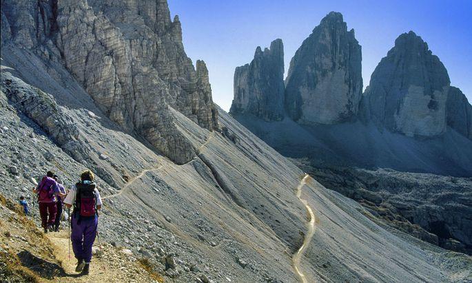 Symbolbild: Bergsteiger wandern zu den Drei Zinnen.