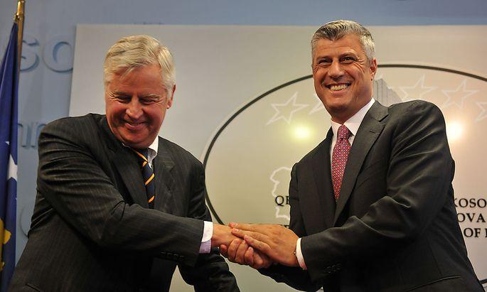 Der kosovarische Premierminister Hahim Thaci (li.) nimmt die Gratulationen von Pieter Feith (re.) entgegen, der das Internationale Zivilbüro im Kosovo geleitet hat.