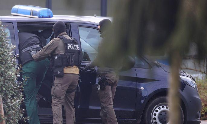 Einer von zwölf Verdächtigen wird in Karlsruhe dem Haftrichter vorgeführt.
