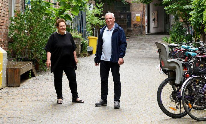 Obfrau Ute Fragner und Geschäftsleiter Vincent Abbrederis im Hof des WUK.