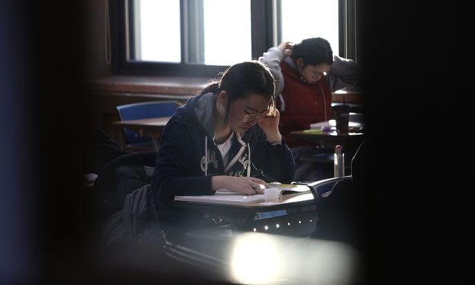 Südkoreanische Oberschüler bei einer Universitätseingangsprüfung in Seoul.