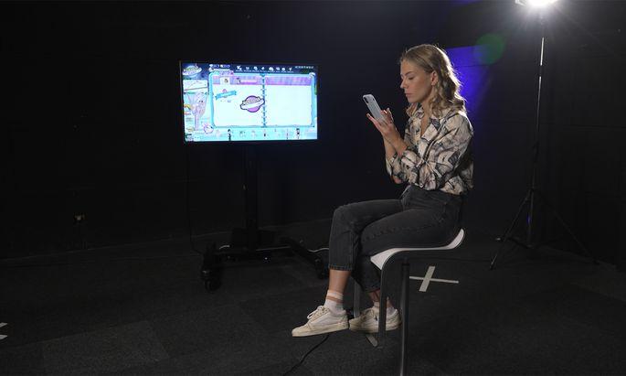 Für den Themenabend legte eine Reporterin ein falsches Profil bei einem Smartphone-Spiel für Kinder an. Ihre Bilanz war verstörend.