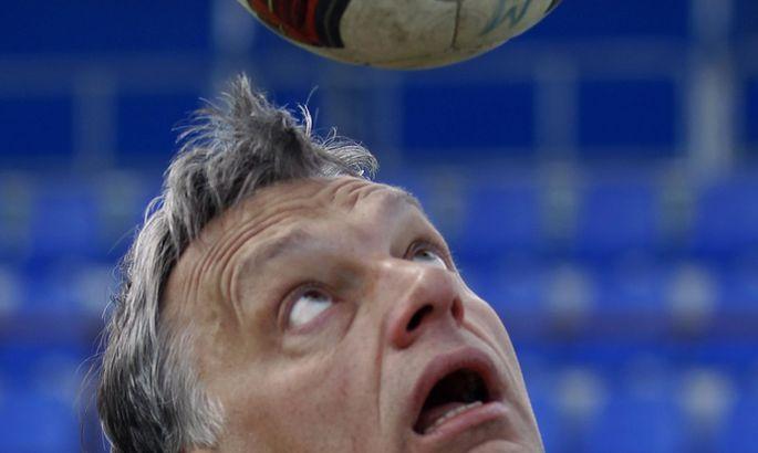 Ungarns Premierminister Victor Orb´an sieht sich gern am Ball.