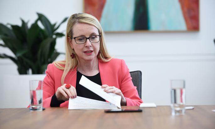 Wirtschaftsministerin Margarete Schramböck präsentierte das Standortentwicklungsgesetz im Jahr 2018.