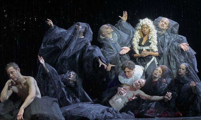 Ein beliebtes Motiv der Altmeister, die Pietà, wird hier – leicht verfremdet – nachgestellt: Antonio (Dietmar König) und Shylock (Itay Tiran, links vorn).