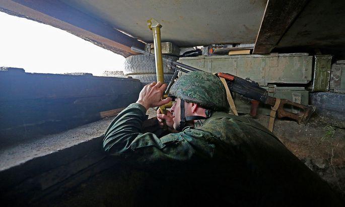 Ein Kämpfer der Separatisten in Luhansk auf einem Archivbild aus dem April 2021.