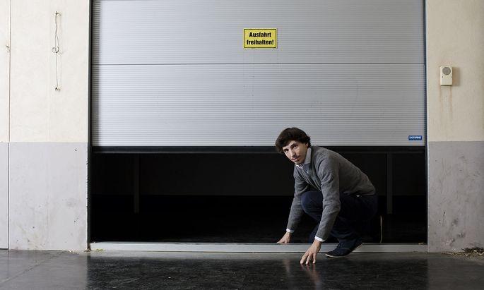 """Schaut aus wie fotografiert irgendwo auf Wiens Straßen, ist es aber nicht: Sondern in Alfredo Barsuglias aktueller Ausstellung im Keller des BA-Kunstforums auf der Freyung. Titel: """"Take on me"""", nimm es mit mir auf, Realität . . ."""
