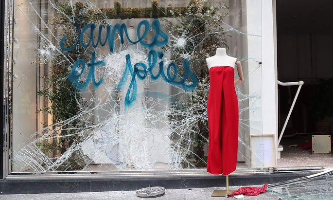 """Gelb und schön und teils mit Gewalt - Unruhestifter in den Reihen der """"Gelbwesten"""" beschädigten am Wochenende Dutzende Geschäfte auf den Pariser Champs Élysées."""