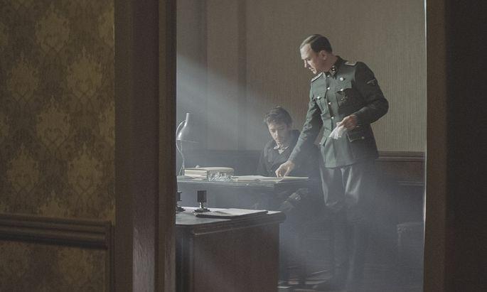 Hauptsturmführer Koch (Lars Eidinger) will nicht glauben, dass sein Persischlehrer ein Hochstapler ist.