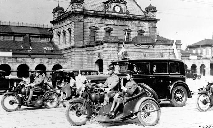 Nach deutschem Vorbild: Tross des japanischen Kaisers mit gepanzertem Mercedes Typ 770 im Zentrum, ca. 1935.