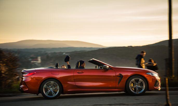 Wir lüpfen Dach und Kappe: BMW M8 Cabrio mit Blick auf Rodaun.