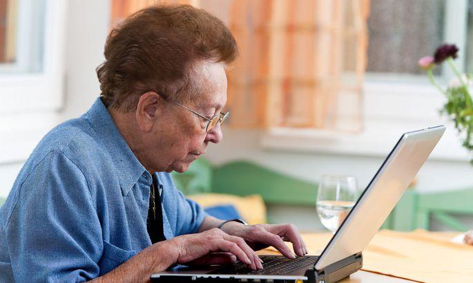 Seniorin mit Laptop