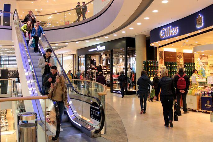 Einkaufszentrum Pasing Arkaden in M�nchen mit bunt illuminierter Halle und Rolltreppe mit Kunden Ba