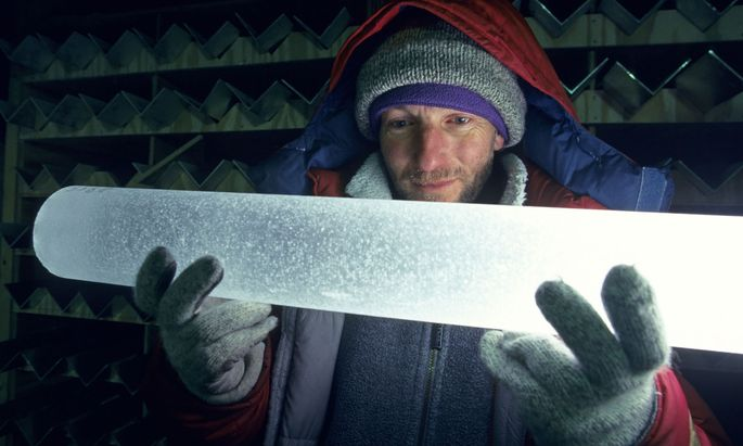 In Eisbohrkernen wie diesem aus Grönland kann das kundige Auge die jüngere Weltgeschichte lesen.