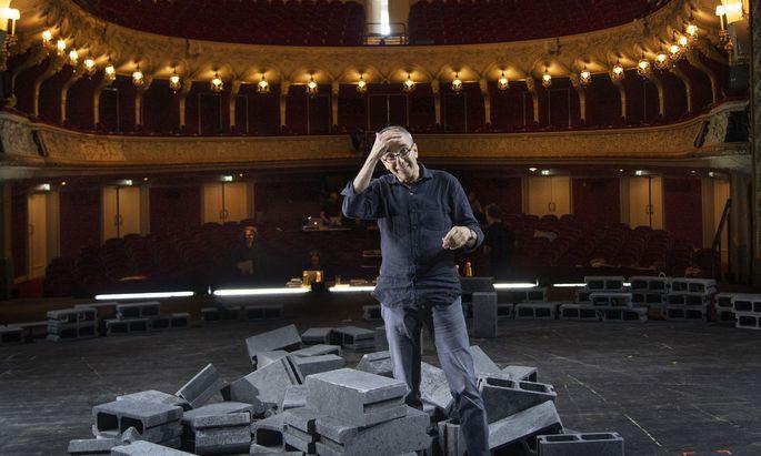 """""""Es macht extrem viel Freude, sich dieser Sprache auszusetzen, ohne sie zu ironisieren"""": Wieler am Probenort, der Bühne des Salzburger Landestheaters."""