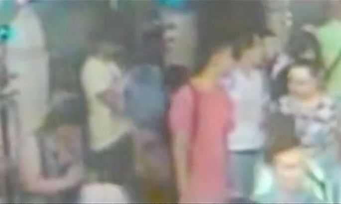 Ein Videostandbild zweier weiterer Verdächtiger (rotes und weißes T-Shirt) am Tatort in Bangkok.