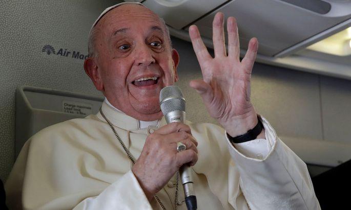 Papst Franziskus hat von seinen Kritikern gefordert, Farbe zu bekennen
