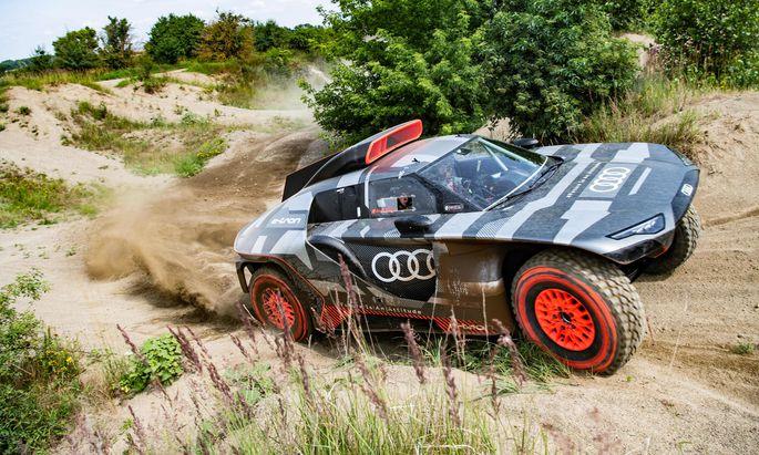 Elektrischer Rennwagen mit Range Extender: Erstes Roll-out des Audi RS Q e-tron. Bis zum Start am 2. Jänner 2022 sei noch viel zu tun. ⫻ Audi Communications Motorsport