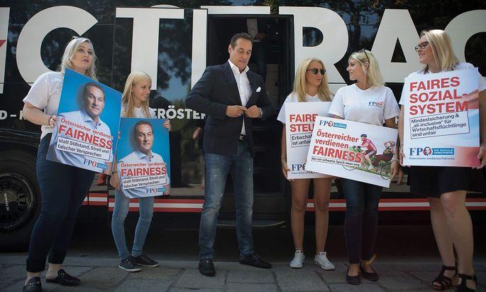 Archivbild: Strache vor seinem Wahlkampf-Bus im Sommer 2017