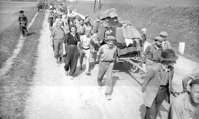 Sie haben Mauthausen überlebt: ungarische Häftlinge im August 1945 auf dem Heimweg.