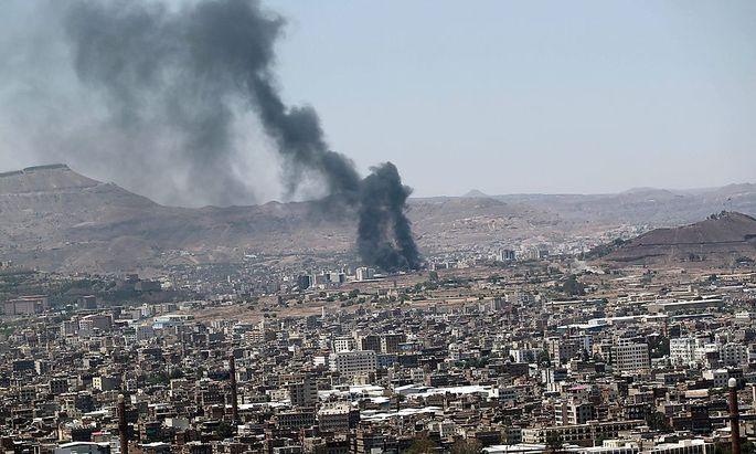 Eine Rauchsäule über der Hauptstadt Sanaa zeugt von den Kämpfen