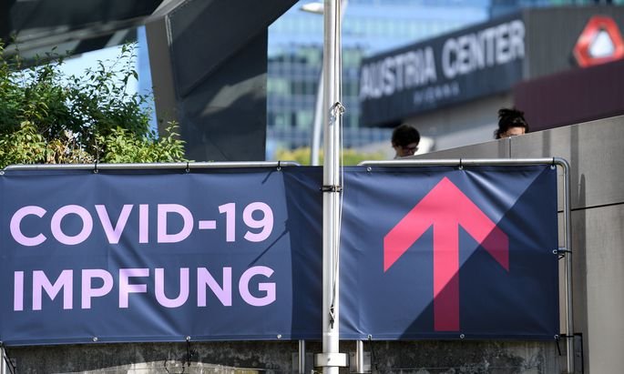 Ein Wegweiser zum Austria Center Vienna, wo sich Wiener ohne Terminvereinbahrung mit dem Impfstoff von Johnson & Johnson impfen lassen können.