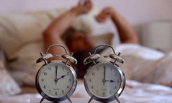 Ab heute klingelt der Wecker wieder eine Stunde früher - dafür bleibt es abends eine Stunde länger hell.