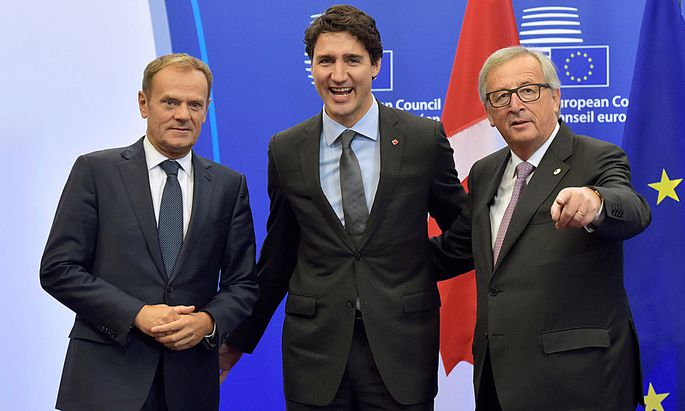 Canada´s PM Trudeau poses with EU Council President Tusk and EC President Juncker before signing the CETA at the European Council in Brussels