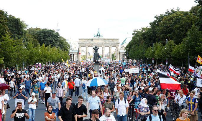 Jung und Alt, Rechte und Linke, Frauen und Männer: Der gestrige Protestzug in Berlin – Masken und Abstand verpönt.