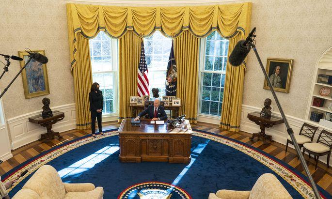 Joe Biden und Vizepräsidentin Kamala Harris im Oval Office des Weißen Hauses. Seit dem 20. Jänner haben sie keine Zeit verloren, ihre Agenda umzusetzen.