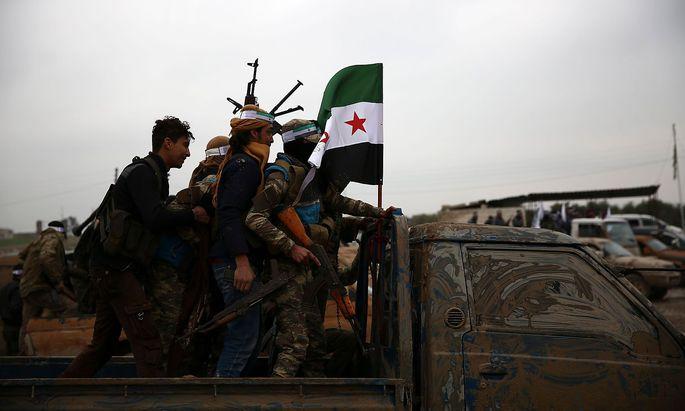 Von der Türkei unterstützte Milizen sind auf dem Weg in Richtung Manbij - sie treffen dort auf Truppen der Regierung.