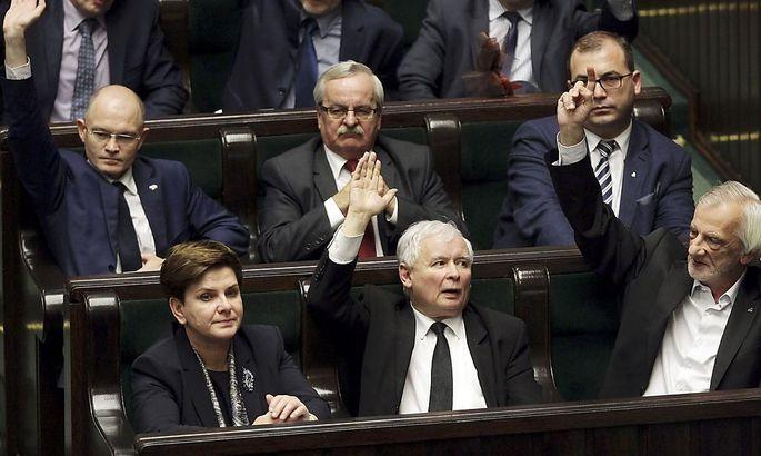 Premierministerin Beata Szydlo, PiS-Chef Jaroslaw Kaczynski und der Abgeordnete Ryszard Terlecki bei der Abstimmung am Dienstag im Parlament.