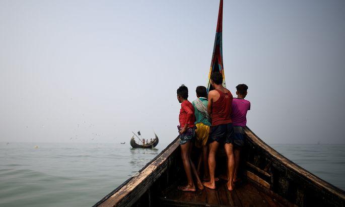 Rohingya-Flüchtlinge als Helfer auf Fischerbooten im Golf von Bangladesch.