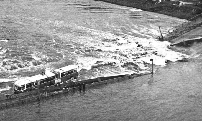 Der Einsturz der Reichsbrücke am 1. August 1976.