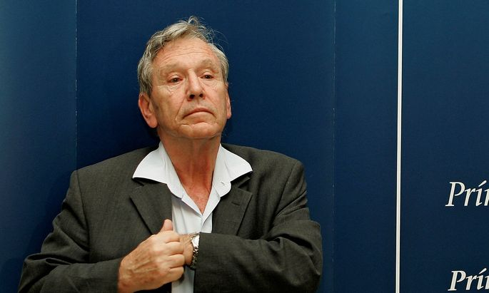 FILE PHOTO: Israeli novelist Amos Oz attends a news conference in Oviedo