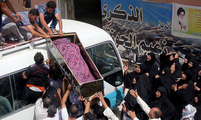 Ein Opfer eines Bombenanschlags im irakischen Falludscha wird beerdigt