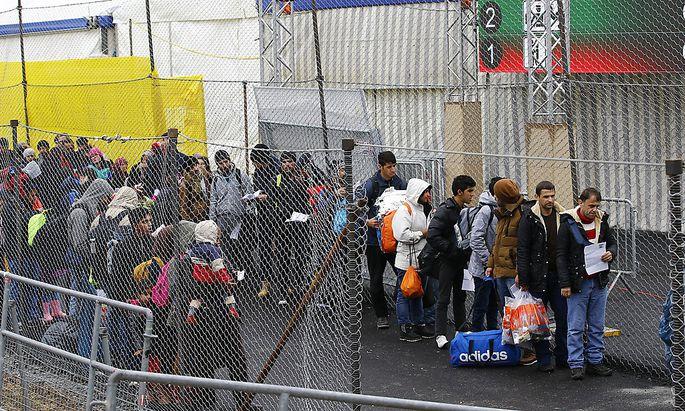 Flüchtlinge: Regierung befristet Notfallverordnung