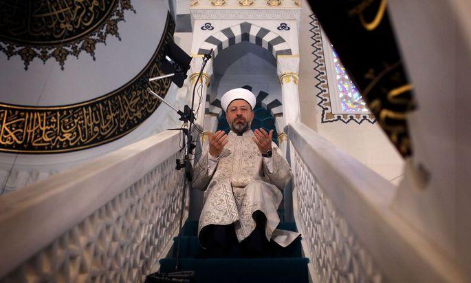 Ali Erbas, Theologe und Leiter des türkischen Amtes für religiöse Angelegenheiten, bei einem Gebet.