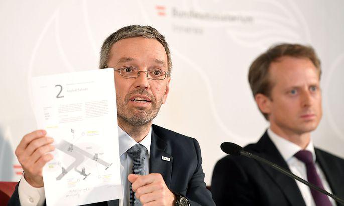 Innenminister Herbert Kickl (links, FPÖ) und Peter Webinger, Leiter der neuen Sektion V 'Fremdenwesen'