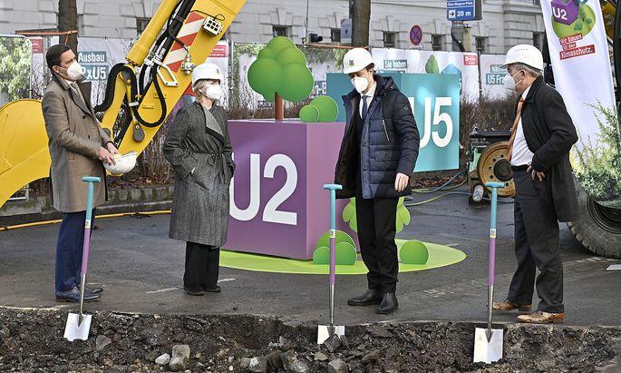 Symbolischer Auftakt mit Spaten in den U2/U5-Linienfabren: Finanzstadtrat Hanke, Klimaschutzministerin Gewessler, Finanzminister Blümel und Wiener-Linien-Chef Steinbauer (v. l.).