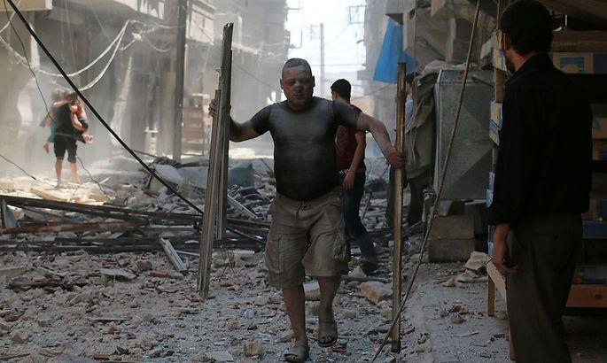 Ein Mann nach einem Angriff in den Straßen von Aleppo.