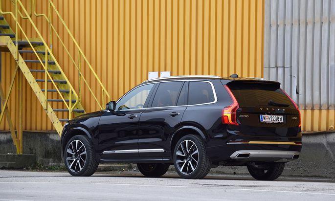 Knapp fünf Meter lang, knappe 2,3 Tonnen: Der Fußabdruck des XC90 ist schon äußerlich imposant. Aber Volvos nimmt man das weniger krumm.