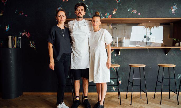 Die Köchin Milena Broger (im Bild rechts) hat mit Erik Pedersen und Theresa Feurstein im Mai das Weiss in Bregenz eröffnet.