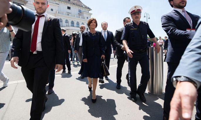 Bundeskanzlerin Bierlein auf dem Weg von der Hofburg ins Kanzleramt. Hinter ihr rechts der neue Außenminister, Alexander Schallenberg.