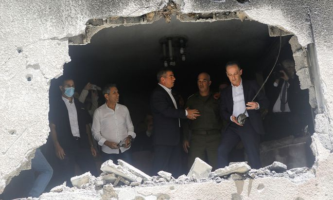In einem von Hamas-Rakete zerstörten Haus. Deutschlands Außenminister Maas (r.) bei Israels Außenminister Ashkenazi (M)