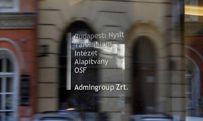 Das Türschild der OSF in Budapest.