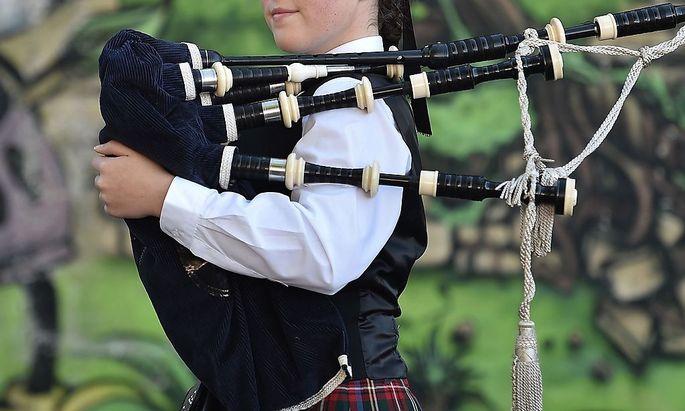 In den Dudelsack wird durch ein Mundstück Luft gepumpt, im Instrument kann sich durch die Feuchtigkeit der Atemluft Schimmel bilden.