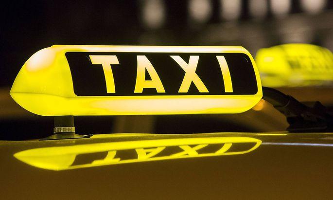 Ein Taxi vor dem Hauptbahnhof in Hamburg Taxi
